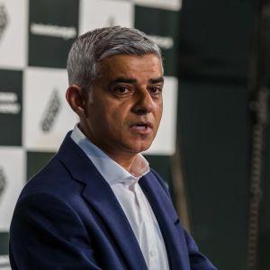 Työväenpuolueen Sadiq Khan puhui tiedotusvälineille voitettuaan Lontoon pormestarinvaalit.