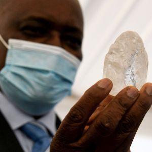 Mokgweetsi Masisi med en stor diamant i handen.