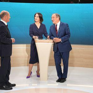 Sunnuntain tv-tentissä yhteen ottivat Olaf Scholz (vas), Annalena Baerbock sekä Armin Laschet.
