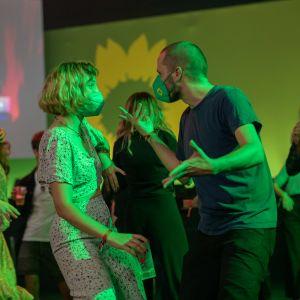 Kaksi nuorta tanssii Saksan vihreiden vaalivalvojaisissa 26. syyskuuta 2021.