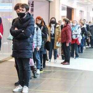 Ihmisiä odotti vuoroaan väliaikaiselle rokotuspisteelle pietarilaisessa ostoskeskuksessa