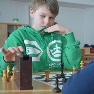 Tobias Lindqvist spelar schack