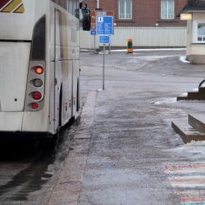 Buss utanför busstation