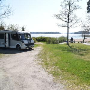 Ekenäs camping med en strand och somrigt väder.
