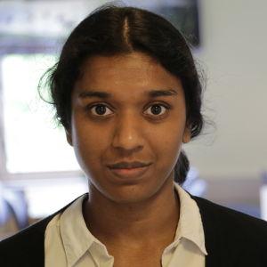 Jessica Shanthi Säll står framför kameran.