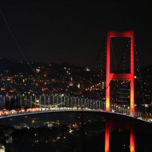 Bron över Bosporen i Turkiet är avspärrad av turkiska soldater.