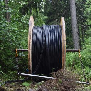 En rulle med svart kabel. Det är jordkabel som Caruna gräver ner så att luftkablarna kan tas bort.