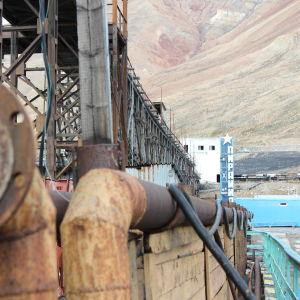 Den öde gruvorten Pyramiden på Svalbard