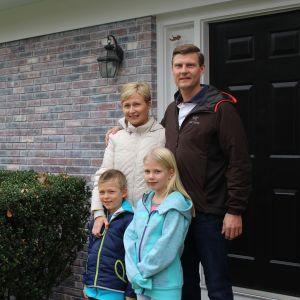 Familjen Hartwall utanför sitt hus i USA.