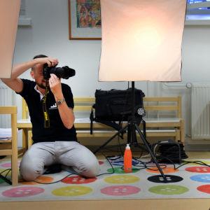 Kjell Svenskberg fotograferar förskolebarn.
