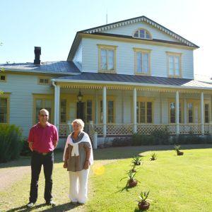 Roger Kiljander och Stina Björksten utanför Kulla gård.