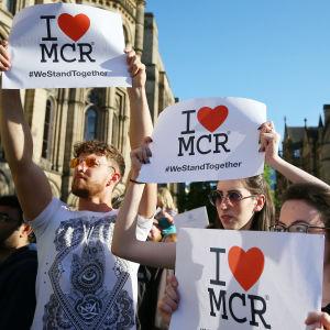 Offren för terrorattacken hedrades på Albert Square i Manchester den 23 maj 2017.