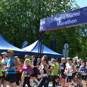 Starten vid Paavo Nurmi Marathon.