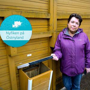 Birgitta Jern vid sin postlåda