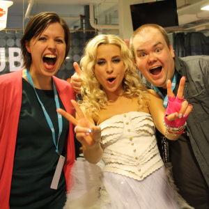 Eva Frantz och Johan Lindroos med Krista Siegfrids.