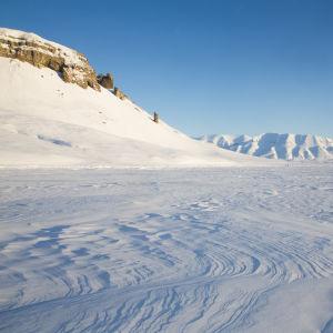 Huippuvuorten luminen vuoristomaisema.