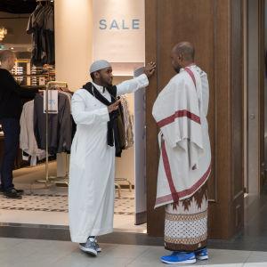 Två muslimska män invid en butik i Östra centrum.