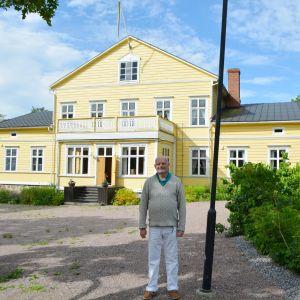 Intendent Henrik Degerman utanför Stensböle gård.