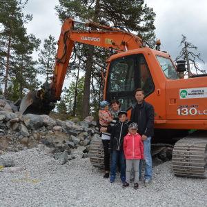Familjen Sandström bygger hus i Dönsby west. Här står de där husgrunden kommer att finnas