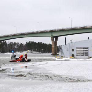 Räddningsverket i östra nyland har en räddningsövning vid emsalö bro