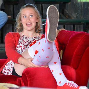 Sarah Haglunds karaktär Jenny i pjäsen En fru för mycket.