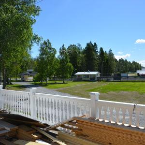 utsikt från åminne paviljong över gårdsplanen