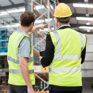 Två anställda i en lagerbyggnad.
