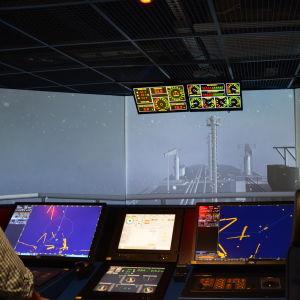 En kommandobrygga med flera skärmar
