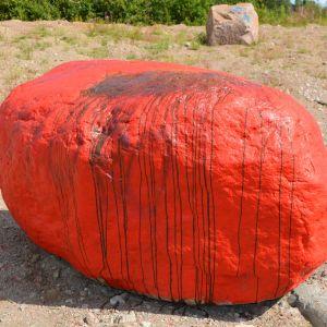 Klottad rödmålad sten i Pyttis.