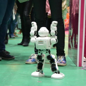 En liten robot underhåller utanför Itronics stånd på Österbottens stormässa.
