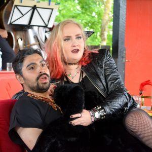 Karaktärerna Patrik och Vivi blir tagna på bar gärning i pjäsen En fru för mycket.