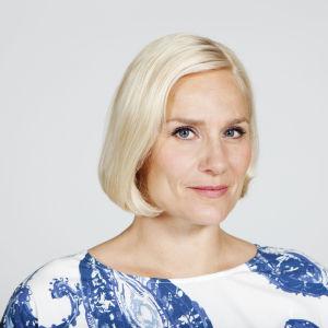 Laura Malmivaara sinivalkoisessa asussa.