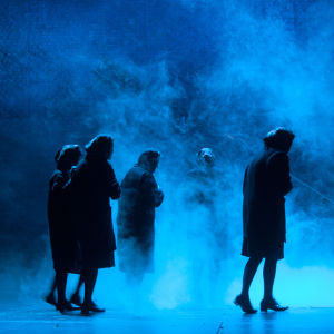 Sotilaiden äidit laulavat Kansallisteatterin näytelmässä Slava! Kunnia.