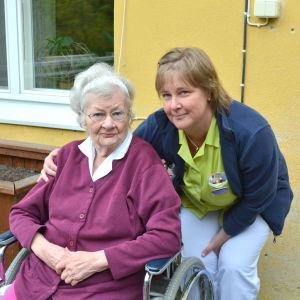 Marianne Lehtinen (boende på Regnbågen i Pernå) och Camilla Strandberg (avdelningsskötare på Regnbågen).