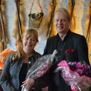 Författarna Henrika Ringbom och Peter Sandström är nominerade till Runebergspriset 2016. Här står de i Runebergs bibliotek i Borgå.