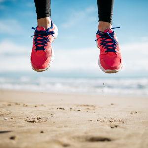 Fötter i luften på en strand