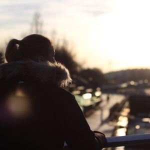 Flicka tittar på soluppgången