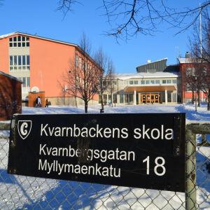 Skylt framför Kvarnbackens skola