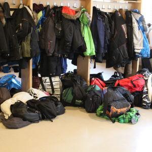 Ytterkläder och skolväskor ligger på golvet utanför matsalen i Ströhö