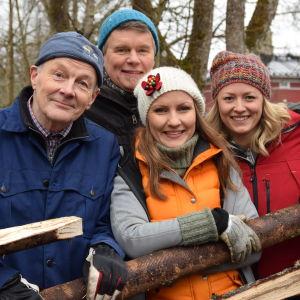 Matts Andersén, Owe Salmela, Lee Esselström och Elin Skagersten-Ström poserar bakom en gärdesgård.