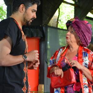 Karaktärerna Patrik och hans fru Keth på scenen i pjäsen En fru för mycket.