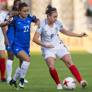 Sakina Karchaoui och Jodie Taylor kämpar om bollen.