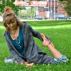 Amanda Holmström gör en yogaställning.