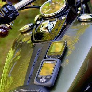 Fjärrkontroll för insulinpump och blodsockersensor på bensintanken för en Harley Davidson.