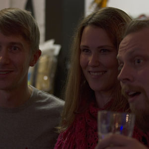 Kaksi fania näyttelijän kanssa poseeraavat kameralle.
