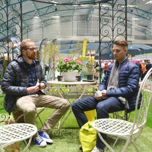 Benjamin Djupsjöbacka och Joakim Foxell tog en paus i trädgården på Österbottens stormässa.