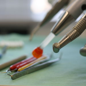 Tandläkarverktyg i ett mottagningsrum.