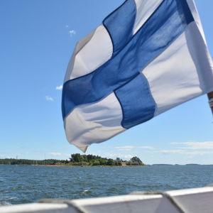 Finlands flagga i aktern på fartyg