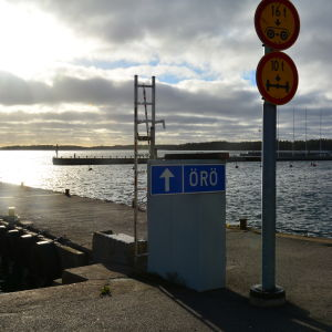 Brygga med skylt för Örö.