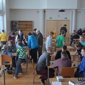 Elever spelar schack i Karis.